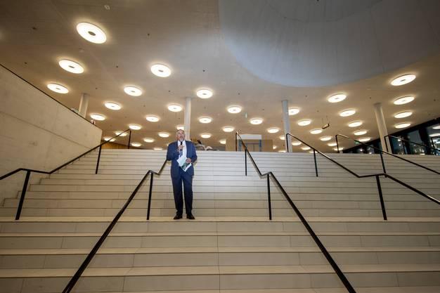 Hans-Peter Wessels referiert zu den anwesenden Gästen.