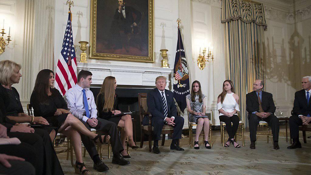 US-Präsident Donald Trump sprach sich bereits beim Treffen mit Überlebenden des Schulmassakers von Parkland für eine Bewaffnung von Lehrern aus.