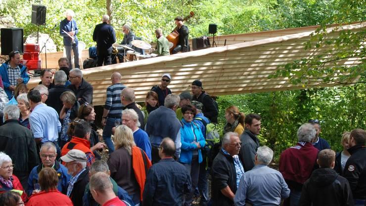 Eröffnung mit Gästen beim Schiff, das über eine Mauer bei der Ruine Neu Falkenstein hinausragt.