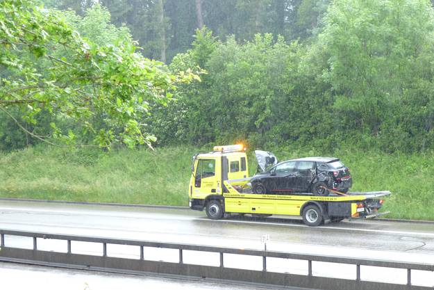 Die Person, die im schwarzen PW sass, wurde ebenfalls verletzt. Hier wird das Auto weggebracht.