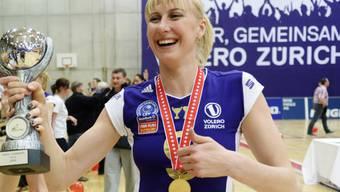 Bereits wieder in Feierlaune: Volero Zürich mit Captain Natalja Mammadowa (hier mit dem Schweizer Meisterpokal der letzten Saison) startete perfekt in die Champions League