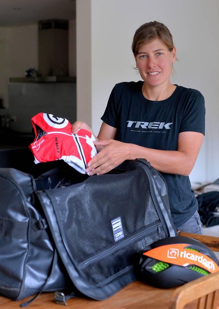 Nathalie Schneitter packt das selbst bezahlte Schweizer Dress für die WM in Kanada ein.