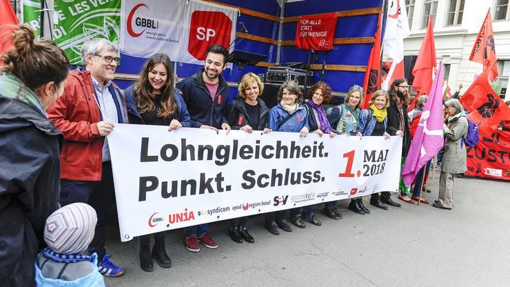 Grüne, SP und Gewerkschaften traten am Dienstag auf dem Liestaler Zeughausplatz rund um Eric Nussbaumer (1. v. l.) und Maya Graf (3. v. r.) gemeinsam auf.