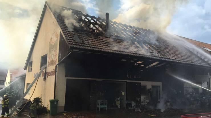 Der Brand wütet im alten Bauernhaus an der Aarauerstrasse in Obergösgen, wo zuletzt das Malergeschäft Walther untergebracht war.