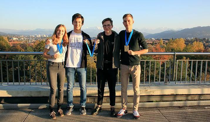 Jasmin Schmid (AG), Jonathan Song (ZH), Simon Gründler (SG) und Niklas Eckert sind die vier Gewinner.