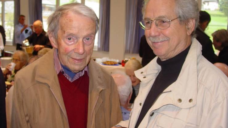 Ueli Hafner (l.) mit Künstler Hans Rogenmoser, der die Skulptur schuf. Foto: WSW