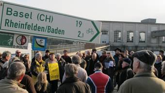 «Denkmalschutz wird mit Füssen getreten», behauptet Kurt Beretta (links neben dem Schildträger). ach