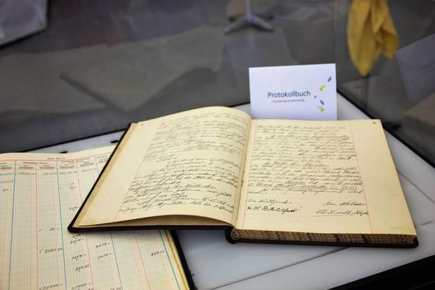 100 Jahre ist ein stolzes Alter. Das dachte sich auch die Belegschaft der Raiffeisenbank Kelleramt-Albis und feierte gleich von Freitag bis Sonntag den hohen Geburtstag.Protokollbuch mit Protokoll der Gründungssitzung.