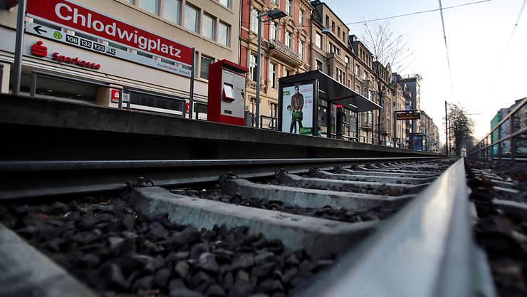 Der 32-jährige Polizist war am Freitag an der Haltestelle Chlodwigplatz in Köln zwischen die Waggons eines Trams gestossen worden. Das Fahrzeug überrollte den Mann. Er starb.