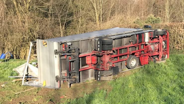 Dierikon LU, 22. März: Ein Chauffeur ist mit seinem Lastwagen tödlich verunfallt. Der Lastwagen kam von der Strasse ab und kippte auf die Seite. Der Chauffeur wurde dabei im Fahrzeug eingeklemmt und erlitt tödliche Verletzungen.