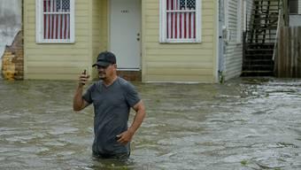 """Waten in hüfthohem Wasser: """"Barry"""" hat auch in Mandeville im US-Bundesstaat Louisiana für viel Regen gesorgt."""