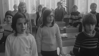 «Wie Kinder verschiedenster Nationen zusammenwachsen» am Beispiel der Primarschule Birr 1971.