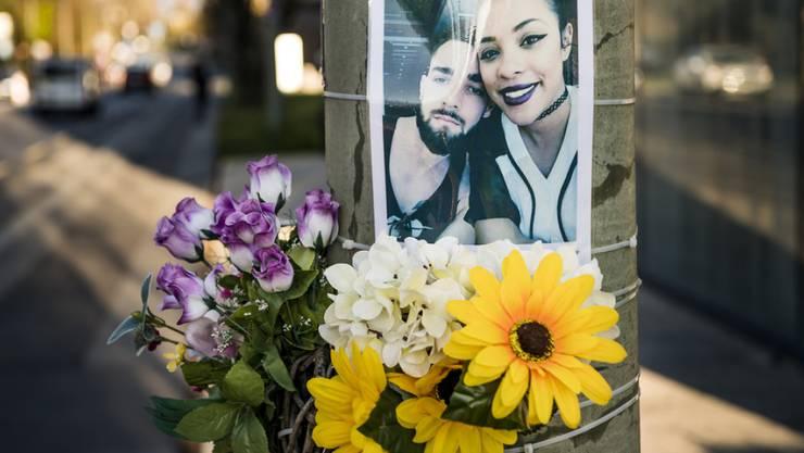 Blumen und ein Foto erinnern am Unfallort am Tag des Prozessbeginns in Lausanne an die beiden Opfer.