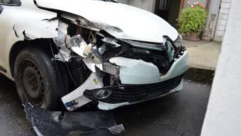 Eine 19-jährige Frau hat am frühen Samstagmorgen das Auto ihrer Mutter entwendet und damit einen Unfall verursacht. Die junge Frau besass kein Autopermis und hatte Alkohol und Drogen konsumiert. Bei dem Unfall wurde niemand verletzt. Es entstand ein Sachschaden von gegen 10'000 Franken