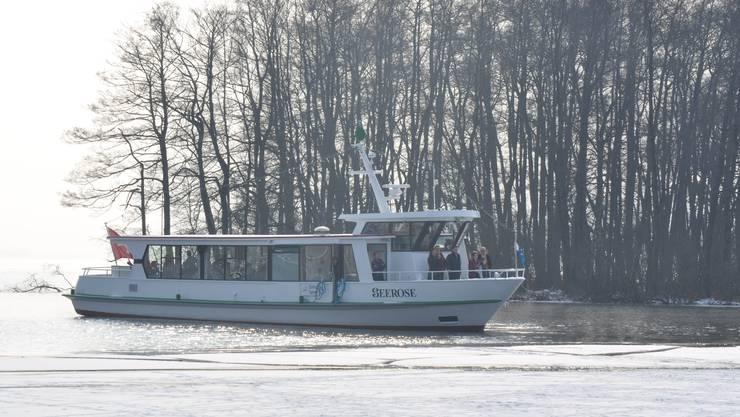 Das Kursschiff «Seerose» ist auf Extrafahrt und nähert sich langsam dem Eisfeld. Dabei gibt es einen Knall und das Eis driftet an den Rändern auseinander.