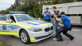 Bei einer Kontrolle gehen Kantonspolizei und Grenzwache drei mutmassliche Einbrecher ins Netz. (Symbolbild)
