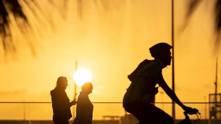 Spanierinnen und Spanier dürfen wieder nach draussen: Velofahrer und Spaziergänger auf der Strandpromenade von Santa Cruz de Teneriffa auf den kanarischen Inseln.