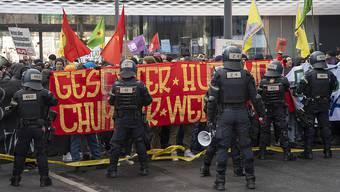 Demonstranten protestieren gegen die von der Pnos (Partei national orientierter Schweizer) organisierten Demonstration gegen den UNO-Migrationspakt in Basel, am Samstag, 24. November 2018. (KEYSTONE/Georgios Kefalas)