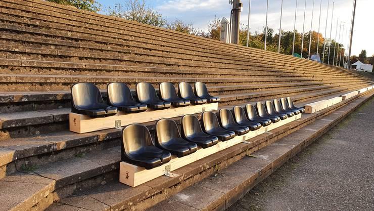 Auf der Stehrampe wird künftig Platz genommen: Auf Sitzschalen, die auf sechs Meter langen Holzbalken fixiert werden
