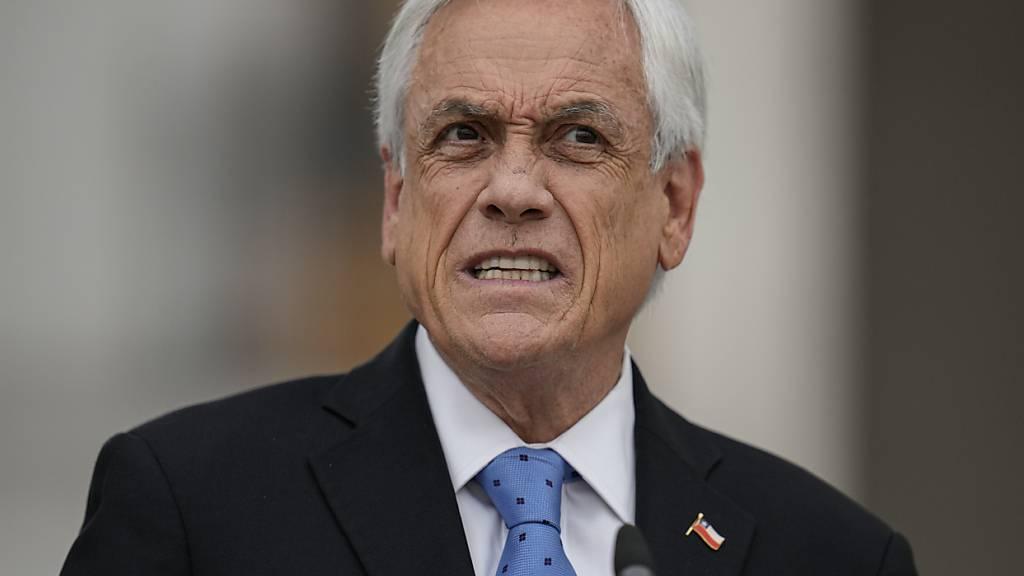 Der chilenische Präsident Sebastian Piñera gibt eine Pressekonferenz im Präsidentenpalast La Moneda in Santiago, Chile. Piñera ist einer von Hunderten aktueller und ehemaliger Politiker, die als Nutznießer geheimer Offshore-Bankkonten identifiziert wurden. Foto: Esteban Felix/AP/dpa