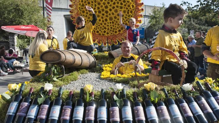 Sonne, Trauben, Wein: Unter diesem Motto präsentierte sich der FC Döttingen am Umzug – wie warm der Rotwein auf dem Wagen durch die Sonne wohl wurde?