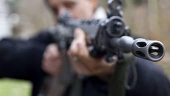 Ein Schweizer fuhr mit dem Sturmgewehr im Auto über die deutsche Grenze. Ihm sei durchaus klar gewesen, dass er das nicht dürfe, erklärte er vor Gericht, nur leider habe er nicht daran gedacht. (Symbolbild)