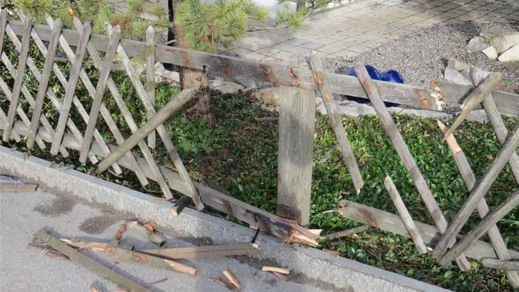 Die Polizei sucht den Fahrzeuglenker, der diesen Gartenzauns in Schafisheim demoliert hat.