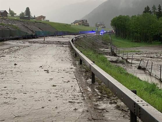Die überflutete und gesperrte A13 bei Medels.