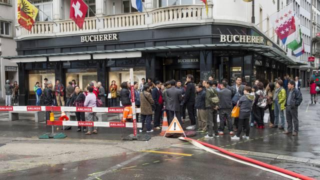 Asiatische Touristen vor Bucherer-Geschäft in Luzern (Archiv)