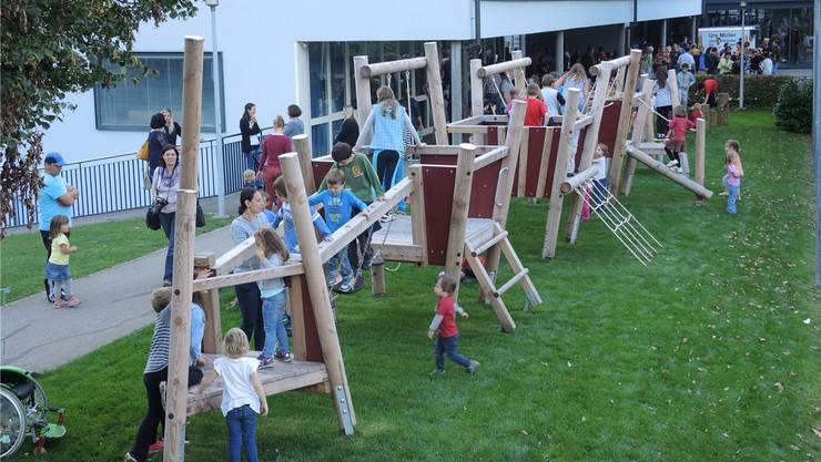 Eine ganze Heerschar von Kindern probierte den Spielplatz am Freitag aus.