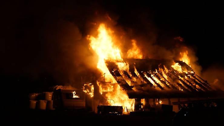 Eine Werkstatt in Baar ZG ist ein Raub der Flammen geworden.