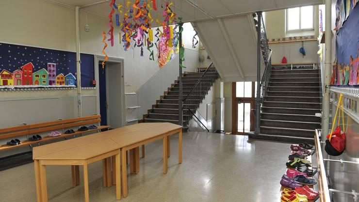 Treppenhaus und Garderoben im Schulhaus II