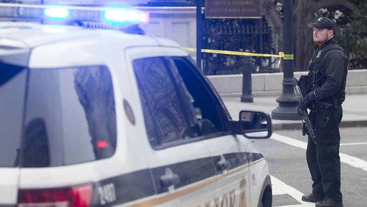 Ein Polizist beim Weissen Haus, nachdem eine Autofahrerin in die Sicherheitsschranke gefahren ist.