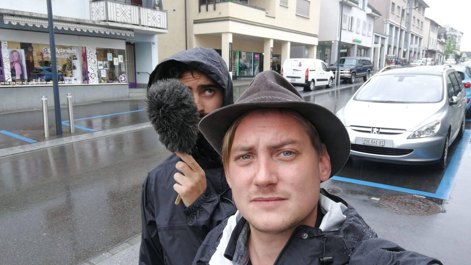 Unsere Redaktoren Dario und Sandro geniessen den Regen.