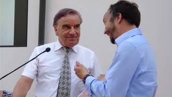 Gemeindepräsident Hampi Budmiger (rechts) überreicht Franz Käppeli die Urkunde zur Ehrenbürgerschaft. Eddy Schambron