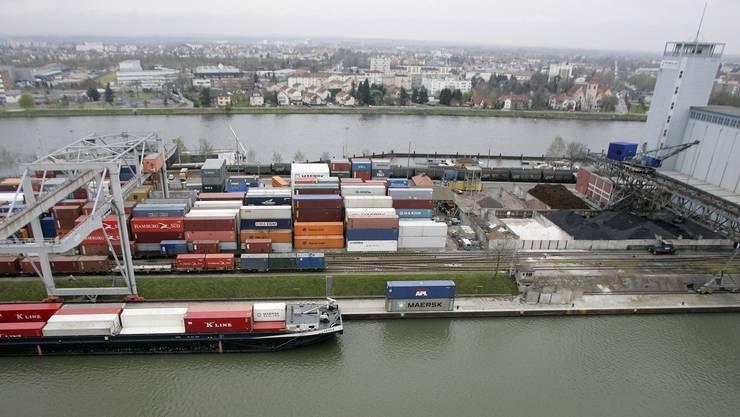 Frachtschiffe wie hier am Rheinhafen in Basel sollen nach dem Willen des Bundesrates weniger Schadstoffe ausstossen.