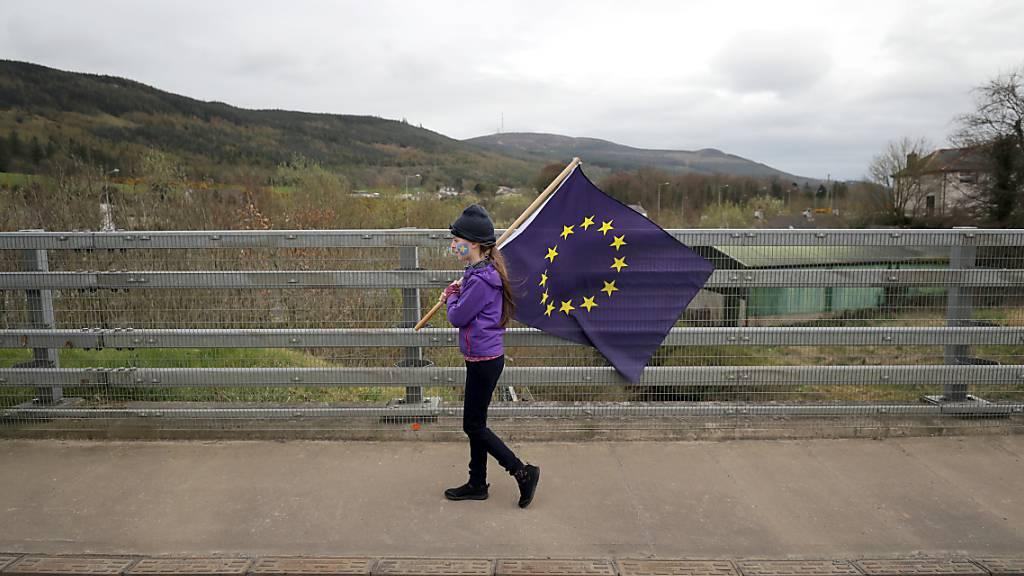 ARCHIV - Das Archivfoto zeigt einen Protest nahe der Grenze zwischen Nordirland und Irland. Foto: Niall Carson/PA Wire/dpa