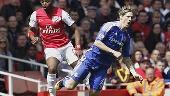 Fernando Torres (rechts) wird von Arsenals Alex Song gestoppt