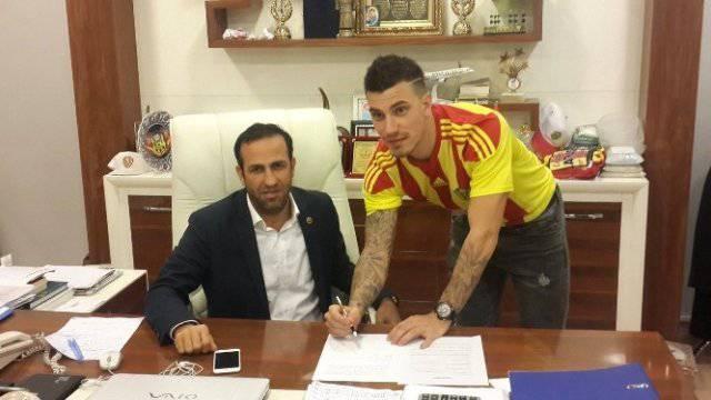 Da war die Welt noch in Ordnung: Sandro Gotal bei der Unterzeichnung seines Leih-Vertrags im Januar. Bild: Malatyaspor