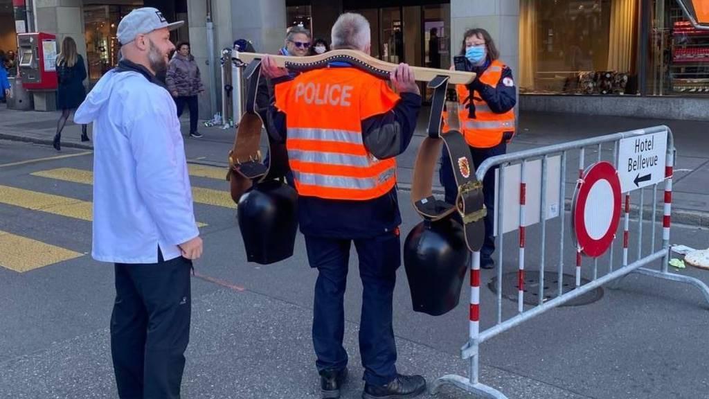 Polizist mit Trychel – «keine politische Meinungsäusserung»