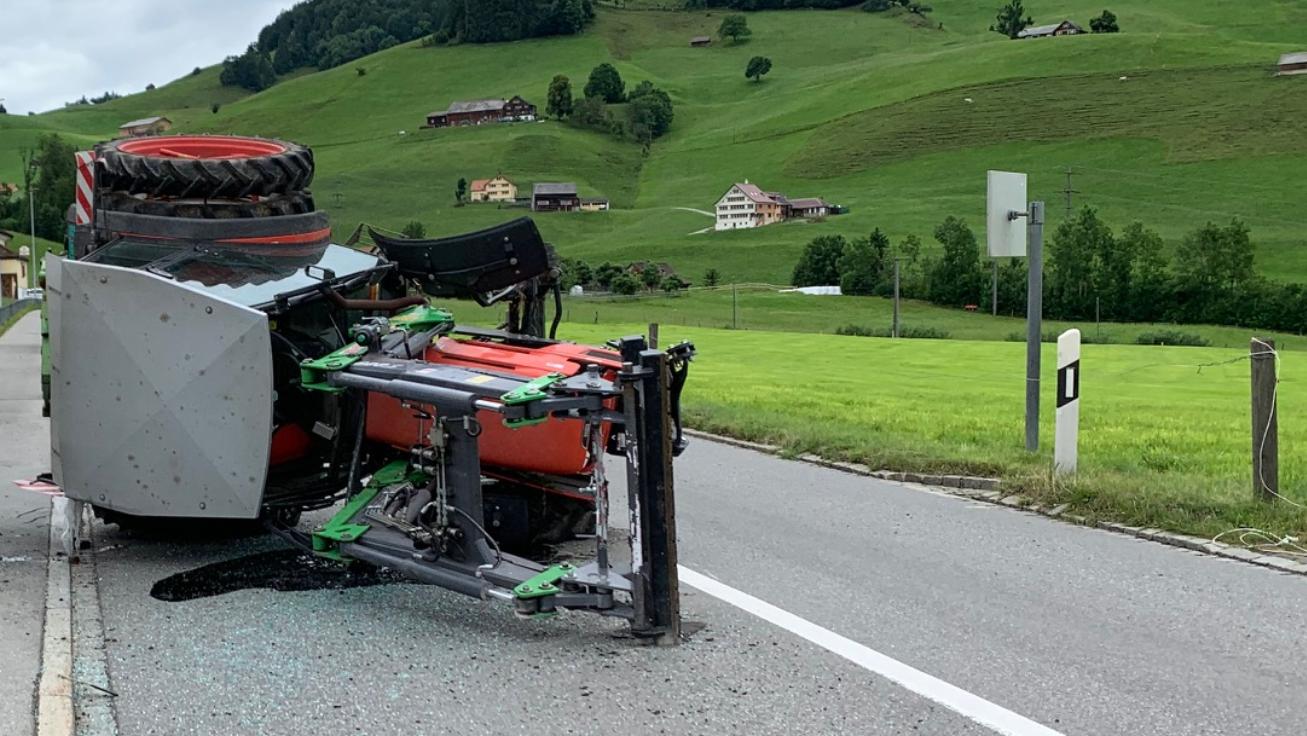 Selbstunfall_Traktor verliert Vorderrad_05072021_2