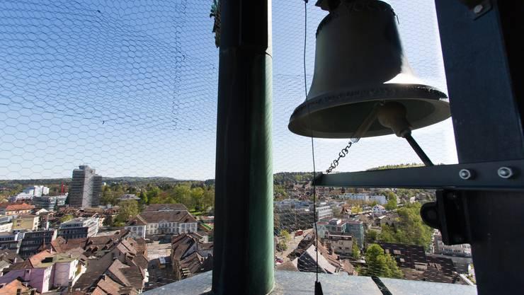Luftaufnahme Aarau vom Obertorturm mit Glockenspiel. Stadt Aarau, Regierungsgebäude, Altstadt, Glocke, Glockenspiel