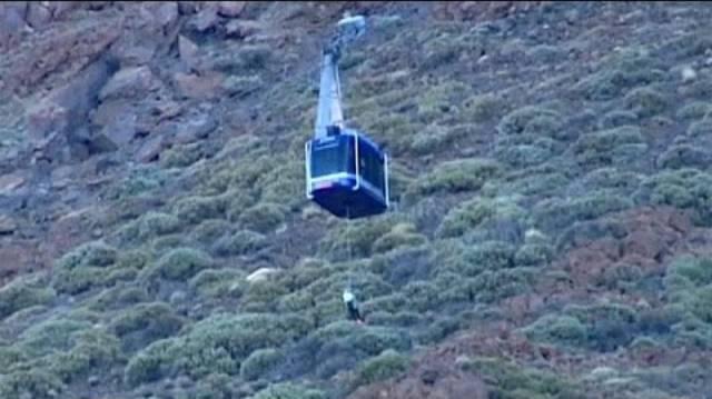 Unfreiwilliger Aufenthalt am und auf dem Vulkan: Bergretter kümmern sich um die gefangenen Touristen.