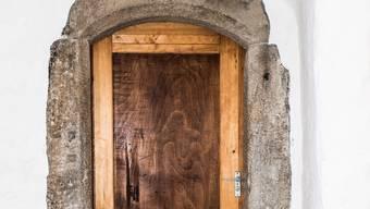 Beim Bummel durch Schloss Biberstein zeigt sich: In einem Schloss ist nicht die grösste und pompöseste Türe die spannendste. Die schönste Geschichte versteckt sich hinter dieser einfachen Holztüre tief im Schlossinnern.