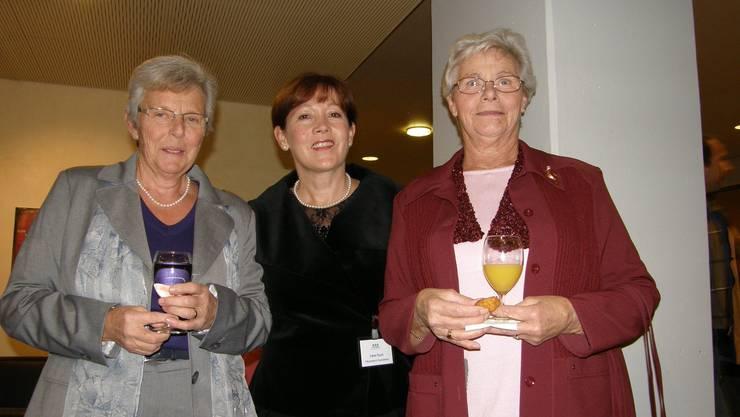 Jubiläum: Irène Koch, Sozialdienstleiterin im Reusspark (Mitte), dankt den Helferinnen Trudi Zehnder (links) und Anna Fischer. (ba)