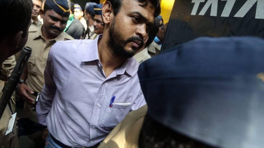 Einer der Angeklagten auf dem Weg zum Gericht in Mumbai. Fünf  Männer wurden zum Tode verurteilt.