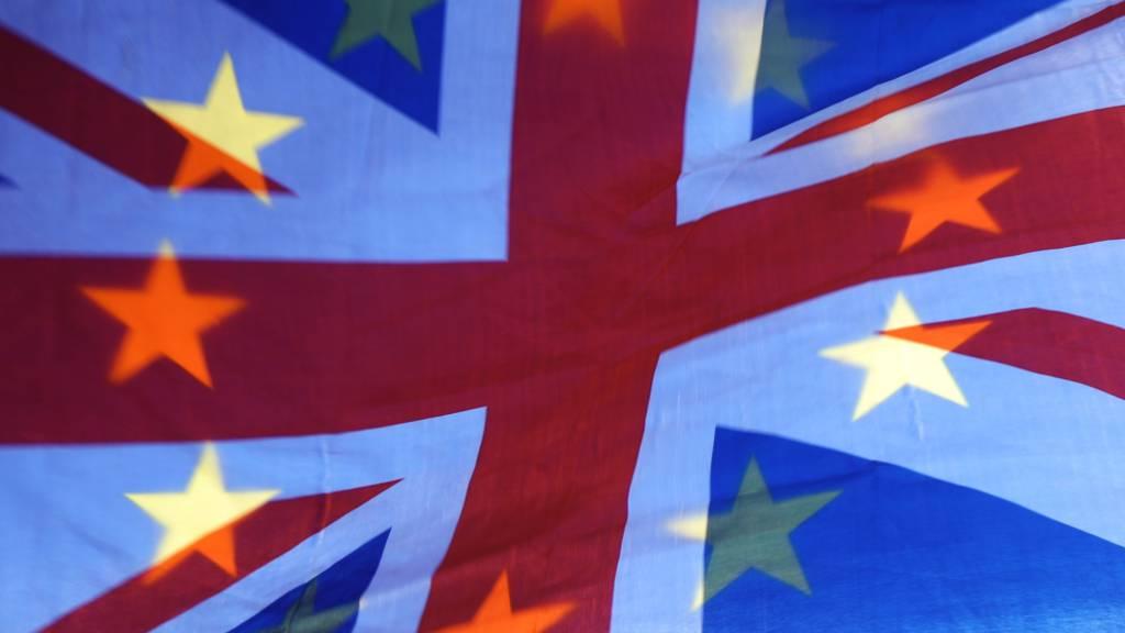 Die Sterne einer EU-Fahne scheinen durch einen Union Jack, die Fahne des Vereinigten Königreichs, Fahne hindurch. Foto: Yui Mok/PA Wire/dpa