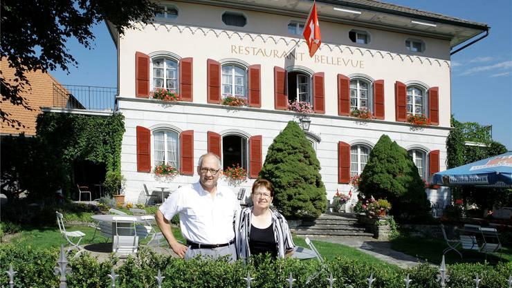 Eva und Kurt Geiser geben ihr Restaurant in Pacht. Die Aufnahme entstand zum 125-Jahr-Jubiläum des «Bellevue». Archiv