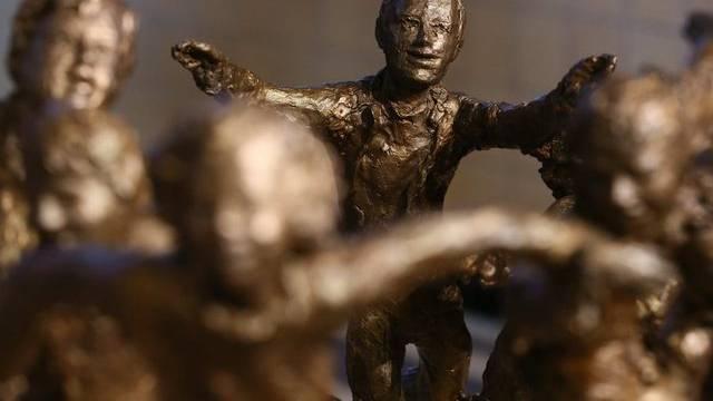 Andenken an die Opfer des Bus-Dramas im Wallis: Skulptur enthüllt
