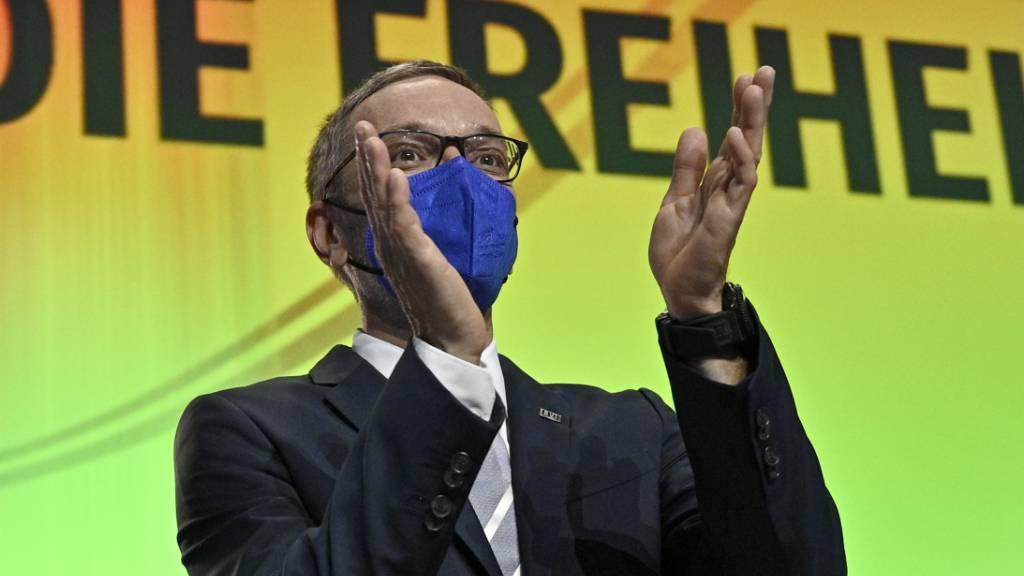 FPÖ-Fraktionschef Herbert Kickl applaudiert beim Außerordentlicher Bundesparteitag der FPÖ.  Nach dem Rücktritt von Hofer wurde der vom Parteipräsidium nominierte FPÖ-Fraktionschef Herbert Kickl zum neuen Chef der Rechtspopulisten in Österreich gewählt. Foto: Hans Punz/APA/dpa